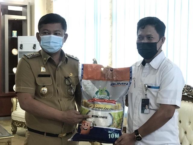 Wakil Bupati Konawe, Gusli Topan Sabara (kiri) ditemani Kepala Bulog Sub Divre Unaaha, Yusran Yunus (kanan) saat memperkenalkan produk beras Konawe. Produk itu diberi nama BerasKita dengan kualitas premium.
