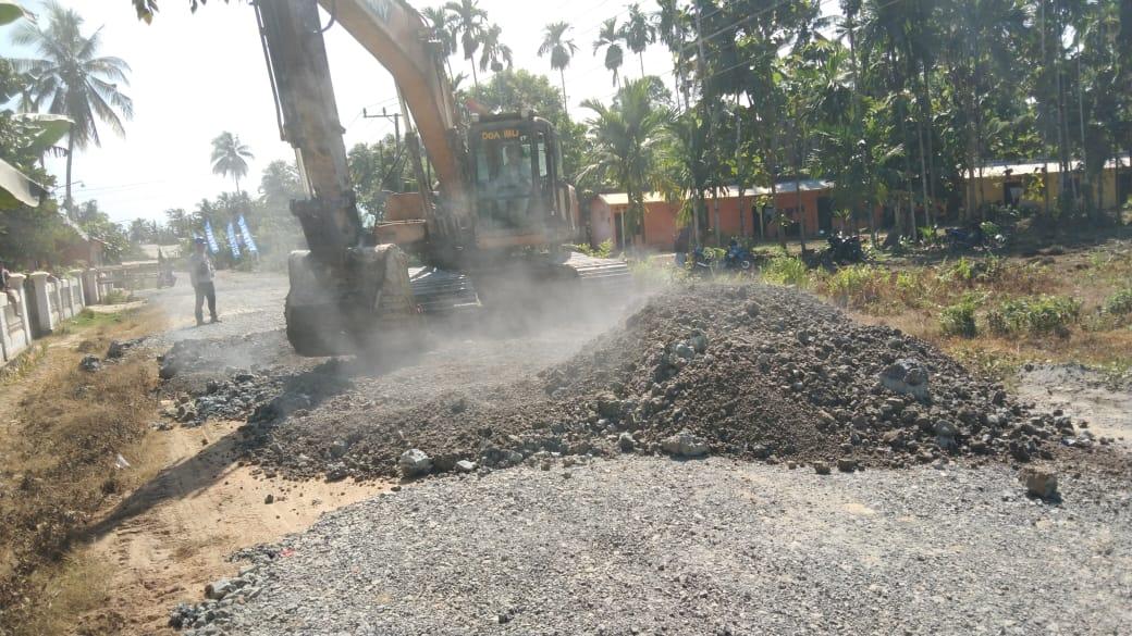 Proses perbaikan jalan di dua desa sepanjang dua kilometer. Perbaikan ini merupakan kontribusi PT VDNI terhadap dua desa di sekitar perusahaan. (Foto/Ist)