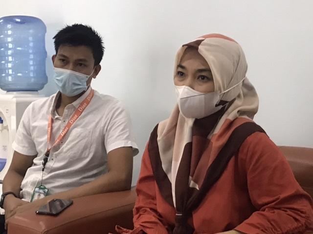 Juru Bicara BLUD RS dr. Dyah Nilasari (kanan) didampingi Kepala Humas Abu Bakar (kiri) saat memberikan keterangan pers terkait pasien bayi yang mengalami robek hidung usai dirawat. (Foto/Saldy)