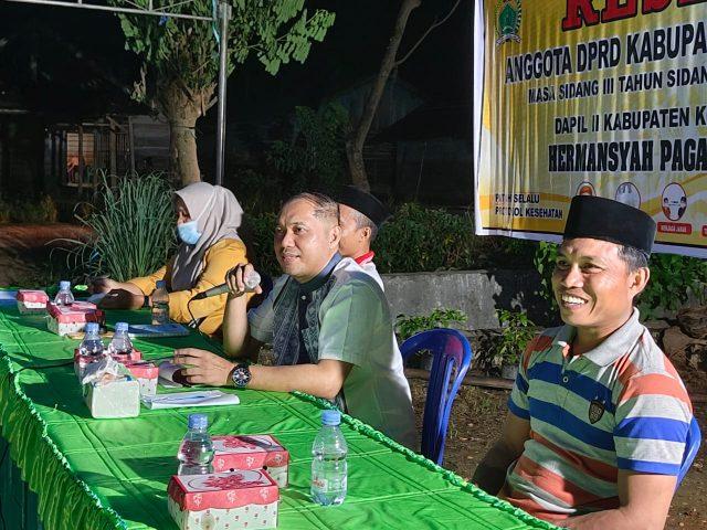 Anggota DPRD Konawe Hermansyah Pagala (tengah) saat menggelar reses masa sidang III di Kecamatan Wonggeduku. Hadir masyarakat dari empat desa.