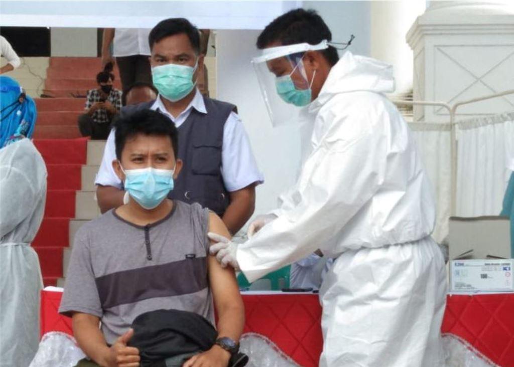 Salah seorang warga peserta vaksin program vaksinasi massal.