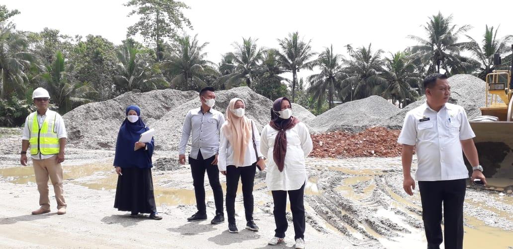 Ketgam : Bupati Koltim, Andi Merya Nur saat memantau salah satu proyek di Kecamatan Lambandia. (Foto: Iwal/Kabaranoa.id)