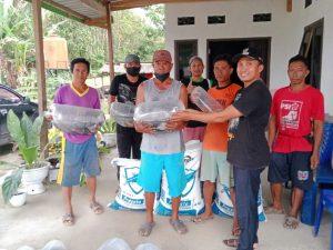 Tahap II Dana Desa, Desa Epeea Salurkan Bibit dan Pakan Ikan ke Warga