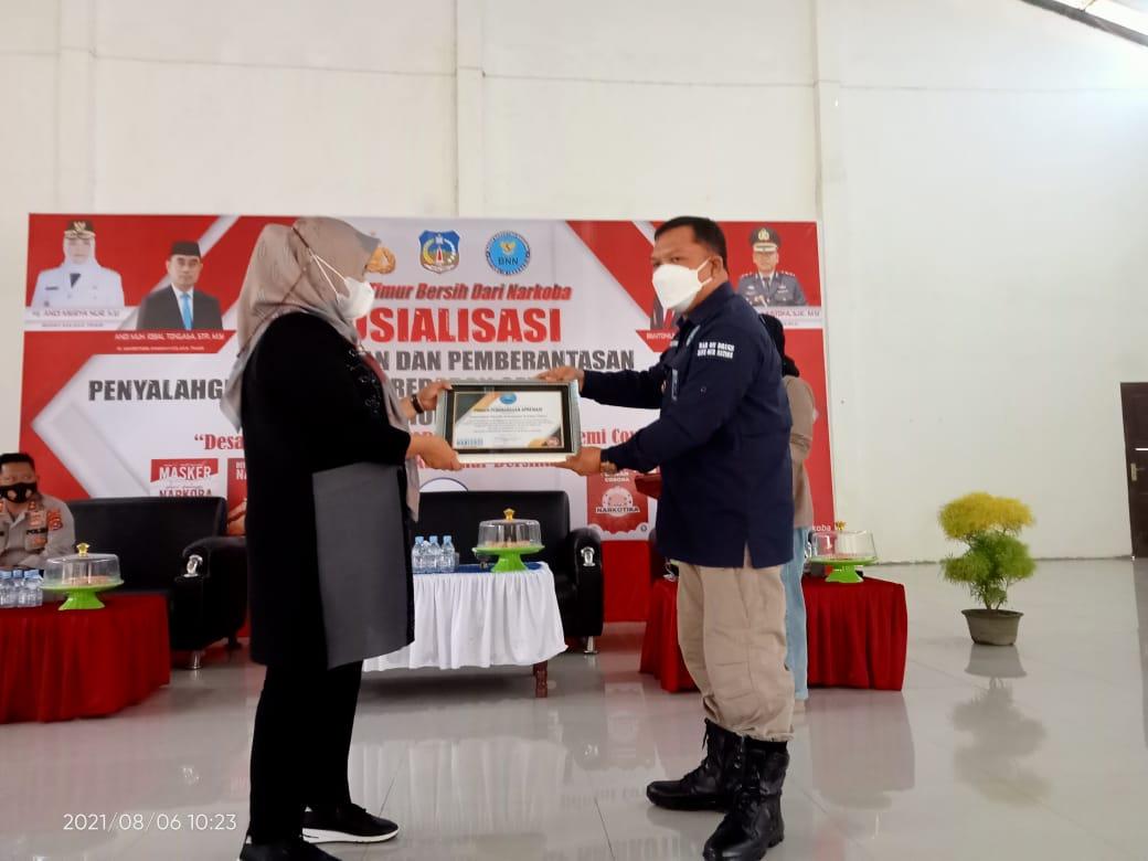 Ketgam: Bupati Koltim, Andi Merya Nur saat menerima plakat dari BNNK Kolaka. (Foto: Iwal/Kabaranoa.id)