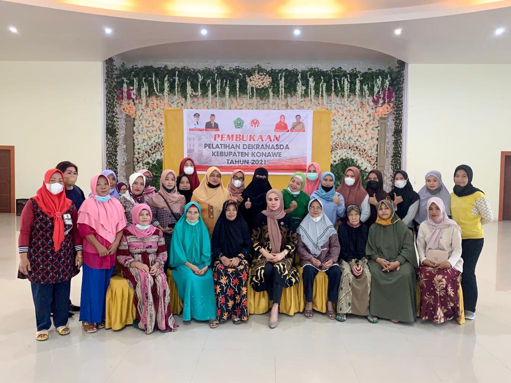Foto bersama Ketua Dekranasda Konawe Titin Nurbaya Saranani dan peserta pelatihan.