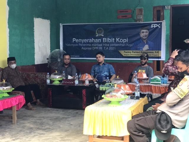 Anggota DPR RI Fachry Konggoasa saat menyambangi dua desa di Kecamatan Puriala untuk menyerahkan bantuan bibit kopi kepada masyarakat. (Foto/kabaranoa.id)