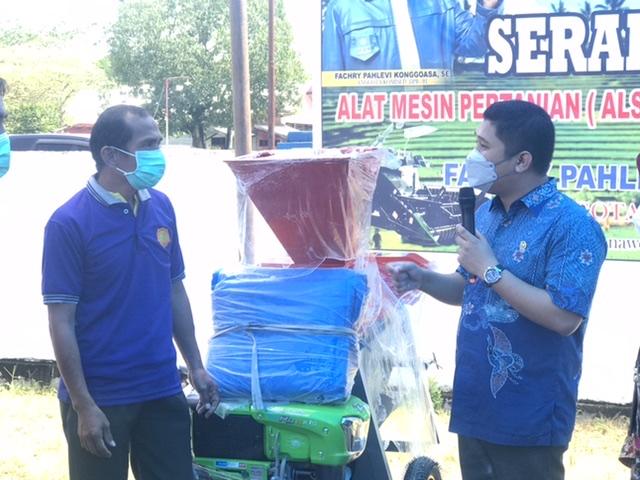 Anggota DPR RI Komisi IV Fachry Konggoasa menyerahkan bantuan Alsintan kepada masyarakat. (foto/kabaranoa.id)