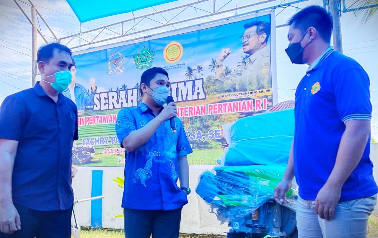 Anggota Komisi IV DPR RI, Fachry Konggoasa saat menyerahkan bantuan Alsintan kepada kelompok tani di Kecamatan Tongauna.