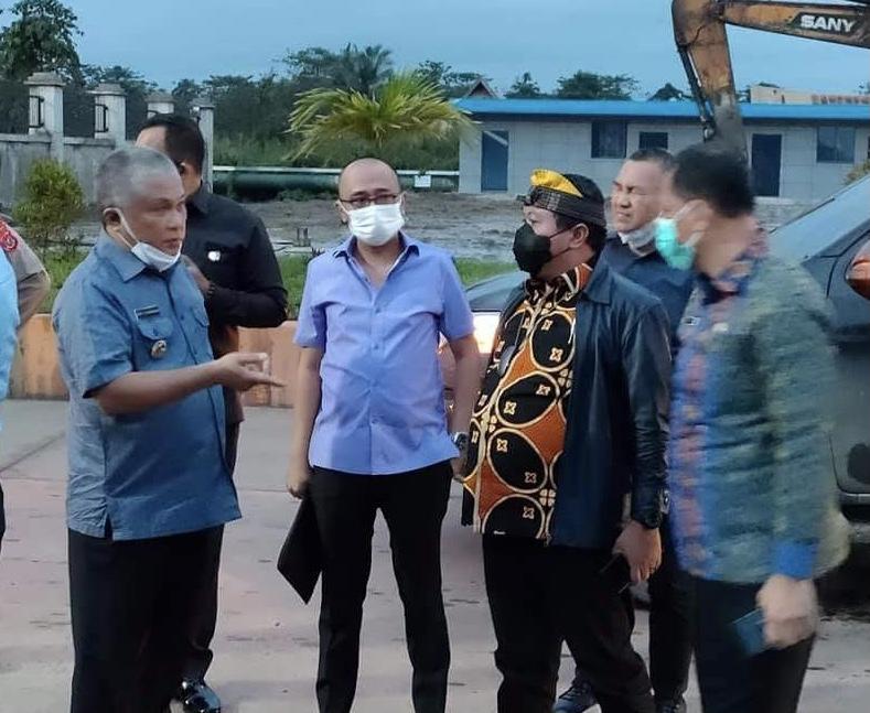 Bupati Konawe Kery Saiful Konggoasa (kiri) saat mendampingi anggota DPR RI Komisi VII meninjau PT Obsidian Stainless Steel di Kawasan Industri Morosi.