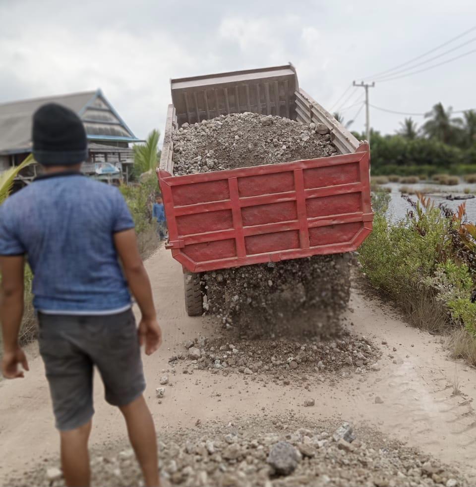 Aktivitas penimbunan jalan yang dilakukan PT Virtue Dragon Nikel Industry (VDNI) pada jalan desa yang rusak.